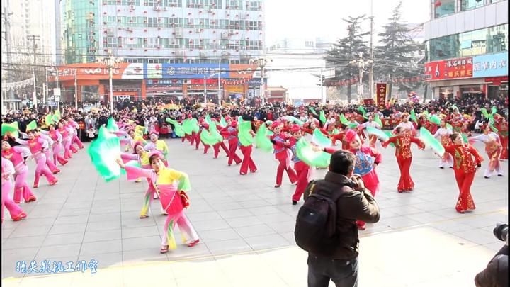 performers dancing the jǐng xíng lā huā during the lantern festival